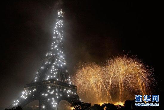 法国埃菲尔铁塔璀璨焰火庆国庆[组图]