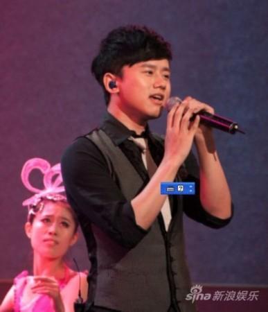 张杰献唱金话筒颁奖晚会 微博为主持人打气
