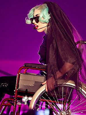 77gaga动漫_lady gaga坐轮椅登台 新造型引发口水战(图)