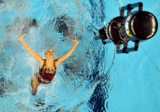 世游赛花样游泳花絮 选手与摄像机一起飞