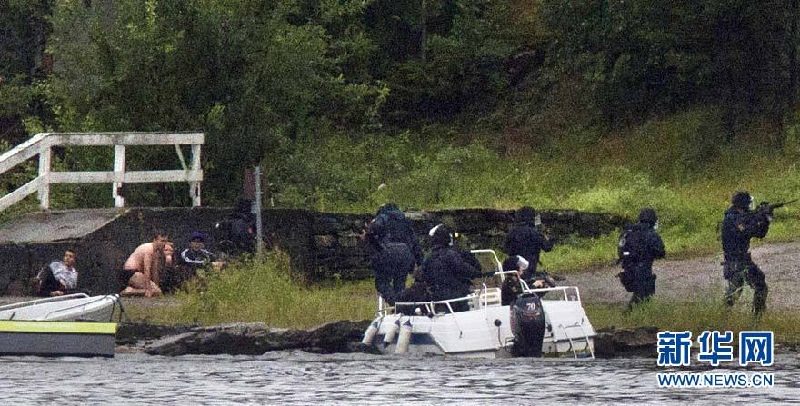 7月22日,在挪威于特岛,警方与袭击者展开枪战. 新华社/法新
