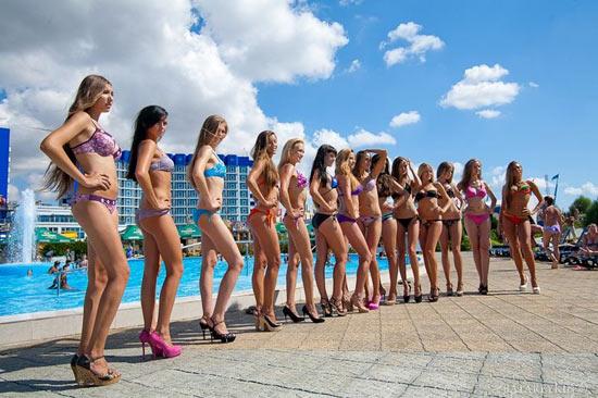 乌克兰美女水上公园清凉选美组图