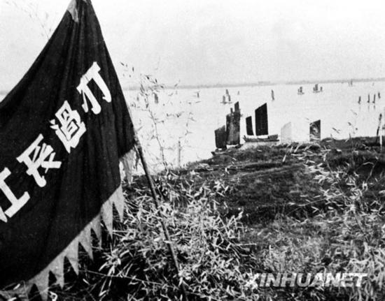1949年4月,解放军渡江部队攻克敌人防线,把红旗插在南岸制高点上