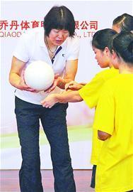 郎平教孩子们如何打排球高清图片