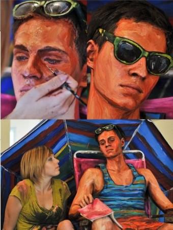 另类艺术:模特真人满身涂油彩如同画中假人(图)