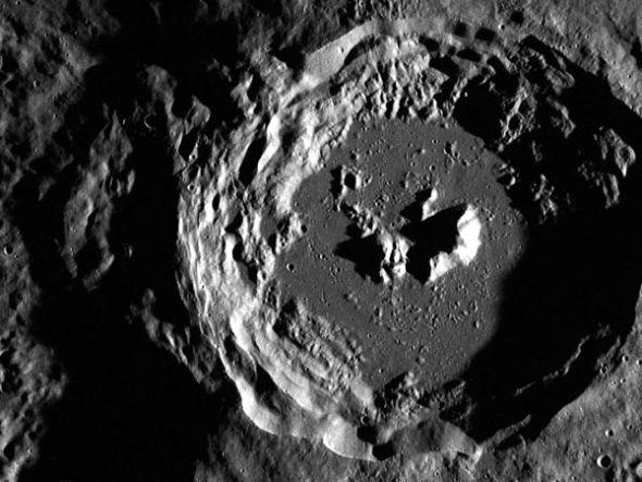 水星陨石坑   这是美国宇航局8月15日公布的一张水星照片。由正在水星轨道运行的信使号探测器拍摄。显示一个以低光照角度拍摄的陨石坑,这一角度使得我们有可能看清其内部的结构和岩壁特征。   这张图像是信使号探测器用于合成水星高分辨率图像的原始图片之一。这张高分辨率图像最终将覆盖水星90%以上的地区,从而帮助科学家更好地了解这个满目疮痍的世界。   8.