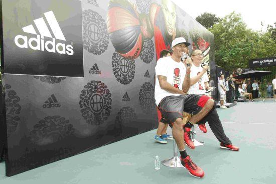 图文-罗斯2011中国行上海站 罗斯观看球迷对抗