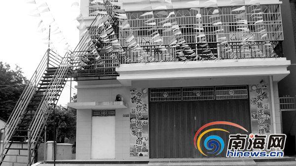25日下午,记者再次来到亮晶晶幼儿园,幼儿园依然关着卷闸门,但三亚市