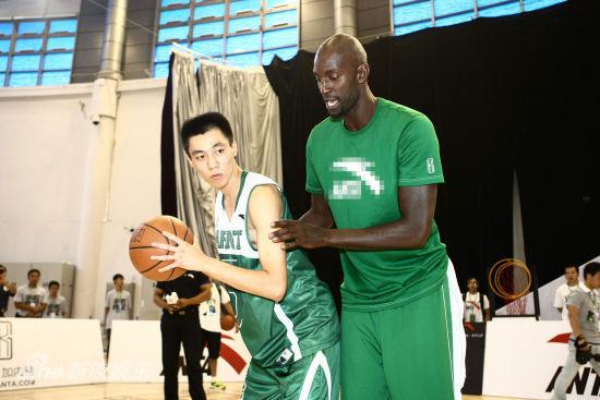 NBA球星加内特现身北京 对抗梦舟明星篮球