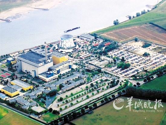 游乐场的大转盘   日本311大地震中福岛第一核电站的泄漏事故,让人们谈核色变。许多国家如今都对核电站下了封杀令,其中就包括德国。上个月,德国政府宣布,要在2022年之前开发出新的可再生能源取代核能,并逐步关停了境内所有核电站。德国西部小城卡尔卡市的一座尚未投入使用过的核电站,因此得以华丽转身,被改建成了一座游乐场。   这座核电站始建于1972年,当时德国人雄心勃勃地要把它建成世界上技术最先进的核电站。在进行了12年的建设,外加超过500万美元的资金投入之后,由于公众的反对和对切尔诺贝利核电