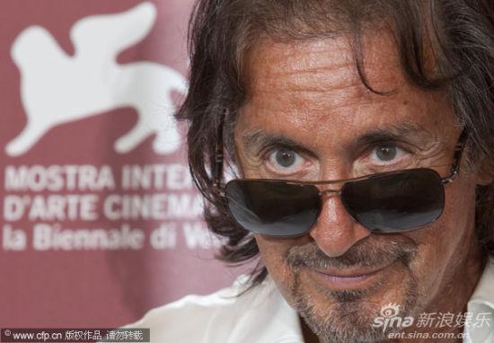 帕西诺黑超耍酷   新浪娱乐讯 当地时间9月3日,阿尔-帕西诺执导的电影《王尔德?莎乐美》(Wild Salome)在威尼斯电影节上举行发布会。阿尔-帕西诺(Al Pacino)戴墨镜亮相,女演员杰西卡查斯坦(Jessica Chastain)红裙现身娇艳献吻。图为帕西诺黑超耍酷。 图库供稿