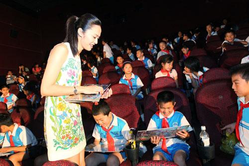 《赛车2》举行爱心观影 姚晨与小朋友欢度周末