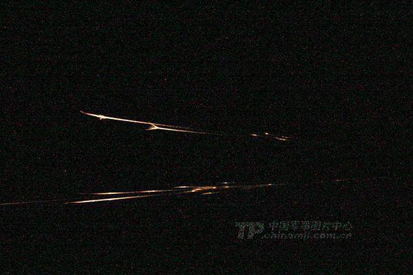 现场漆黑一片,照相机只能捕捉到子弹飞出的痕迹.