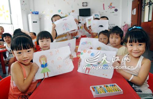 中心幼儿园的孩子们通过绘画形式,展现自己心中最生动,美丽的老师形象