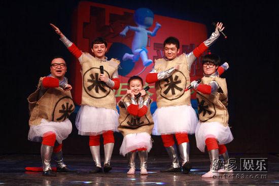 《墙来啦!》红队出场。   网易娱乐9月15日报道 《正大综艺 墙来啦!》再次上演十人大战!由成龙徒弟冀涛、《幸福晚点名》嘉宾主持大王和童星董慧、尤浩然、阿尔法组成的全新组合发米粒队挑战钻墙游戏!更有Lotte Girls化身乐天派队,现场跳水大比拼。看强子如何应对美女攻势、朱迅巧妙化解现场纠纷!   《家有儿女》第五季登陆《墙来啦!》   红队发米粒对阵蓝队乐天派!   有着功夫熊猫之称的冀涛和《幸福晚点名》嘉宾主持大王再次归来,冤家对手变身和谐队友,在《墙来啦!》再续前缘。加上《美人心计》