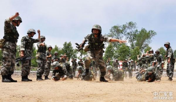 我海防连模拟战场环境训练士兵负重射击能力