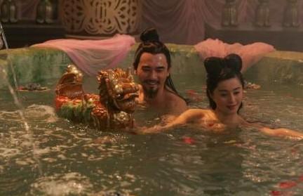 往后,她在《大唐芙蓉园》和赵文�u鸳鸯戏水,《苹果》里分别和佟大为和