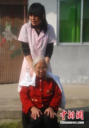 河南90后盲女按摩师免费服务孤寡老人受好评