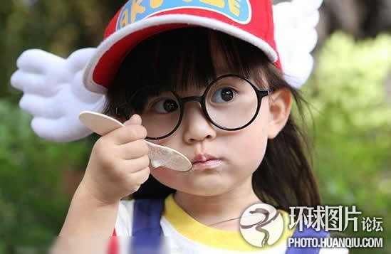 戴圆框眼镜的手绘女孩