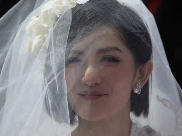 齐耳的短发修饰脸型,非常特别,因为短发新娘比较少.