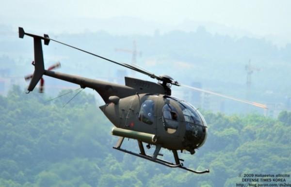 资料图片:韩军500MD反潜直升机   据韩联社10月4日报道,据悉,韩国军方计划到2023年耗资5600亿韩元(约合人民币30亿元),引进40架运输直升机。   根据韩国海军和海军陆战队4日向大国家党议员郑美京提交的资料,海军将引进40架运输直升机以取代现有的UH60直升机。   据悉,拟购买的运输直升机每架价格为140亿韩元(约合人民币7700万元),韩国将于2016年引进首批两架运输直升机,将其投入到海军陆战队登陆作战之中。   但是海军和海军陆战队在该直升机的归属问题上存在分歧。海军主张,若该直