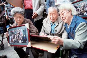 ...导演张扬执导的电影《飞越老人院》正在天津拍摄日前片方首...