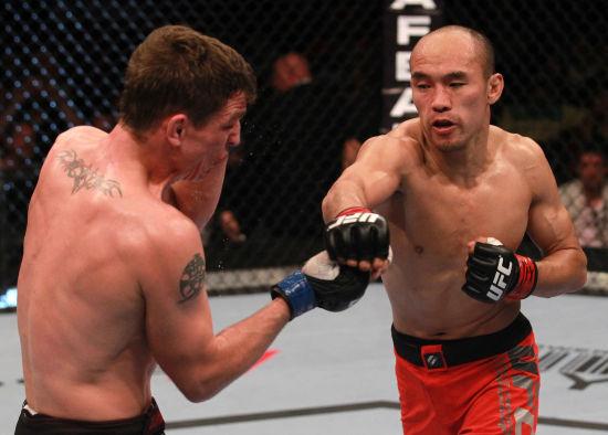 ufc张铁泉比赛_图文-张铁泉UFC第4战遗憾告负 两人在八角笼中苦战_南海网新闻中心