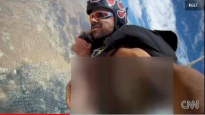 美国性爱视频网站_(视频截图)   美国色情男影星亚历克斯·多雷斯与同事跳伞空中做爱,并
