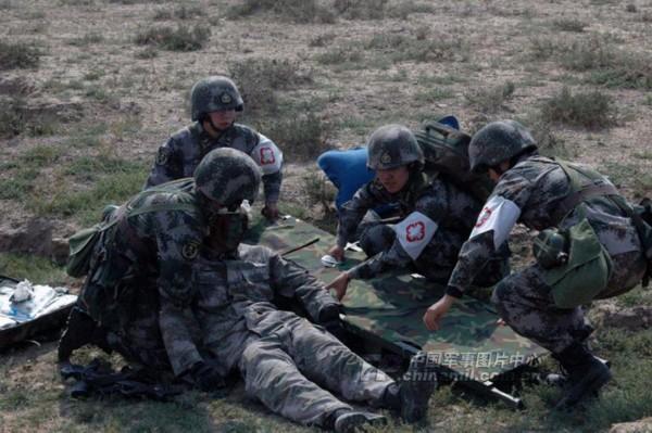 """新疆军区某部:""""女子救护队""""亮剑演习场"""
