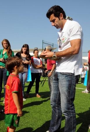 图文:葡萄牙成立菲戈少儿足球学校 给学员签名