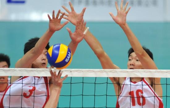 城运会24日排球赛况 上海选手在比赛中拦网