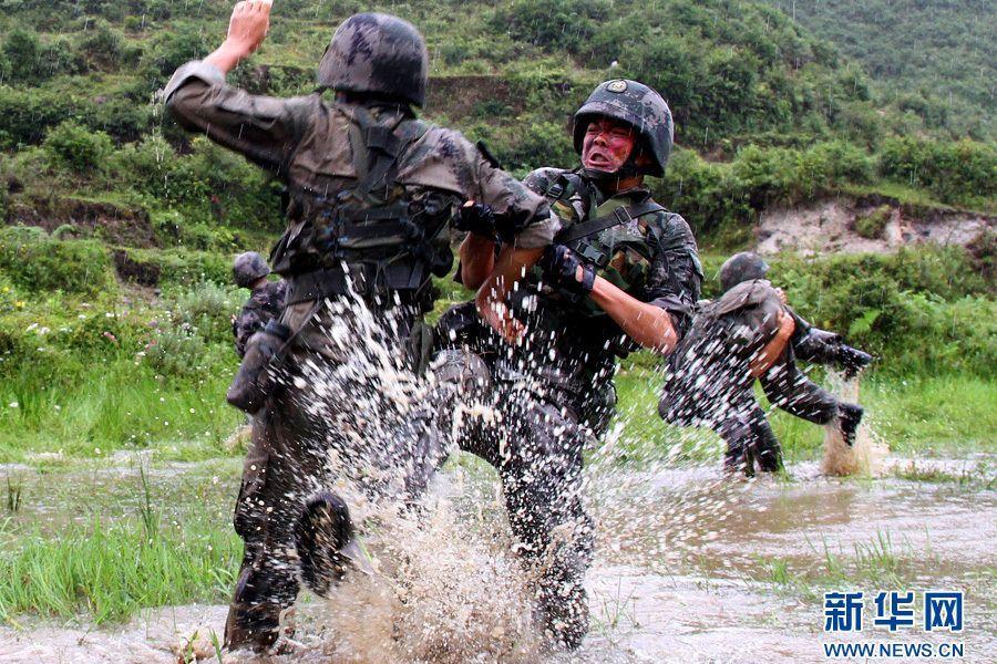 解放军特战部队高强度训练 士兵吃蛇练胆