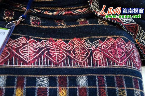 绣着各式各样精美的花纹; 【黎族新闻】国际旅交会:海南黎族织锦