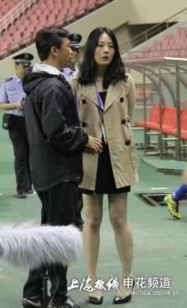 图文-上海申花美女新闻官赛场靓照 稍稍的愣一