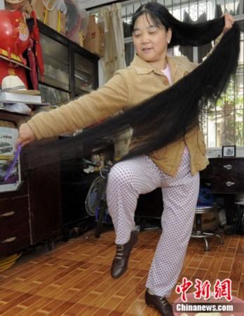 经卷尺测量,其头发长度为2.图片