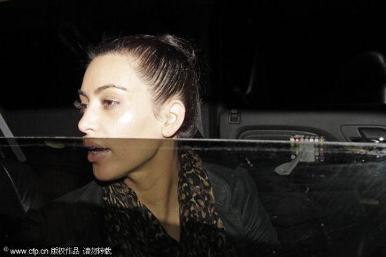 图文-卡戴珊面色忧郁复合前景扑朔迷离 关车窗半遮面