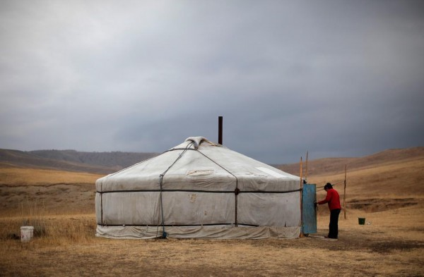 蒙古是以畜牧业为生的国家,牧民们四季都住在蒙古包内-世界人口飞