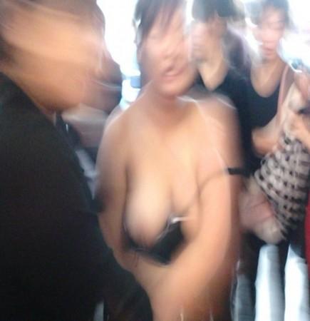 女子偷东西被人扒光上衣 警方称触犯刑法(组图)