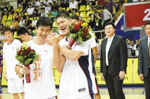 再次戴上总冠军戒指后,朱芳雨(右)和王仕鹏(左)双拳交错,秀了一把