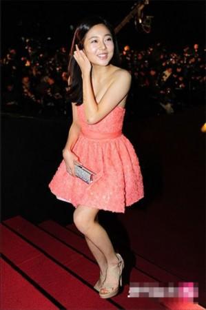 图文:韩国电影青龙奖-白珍熙粉红短裙娇俏