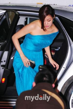 图文:韩国电影青龙奖-姜素罗抵达红毯现场