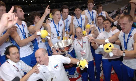 男排世界杯颁奖盛况 俄罗斯队队员与教练庆祝