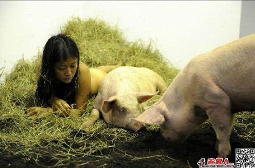 女人人体艺术狗_【图集】韩国裸体艺术家金米鲁新作:与猪裸睡