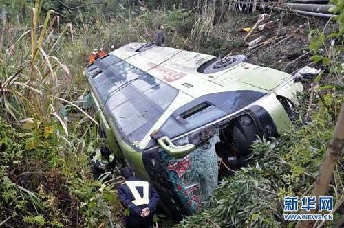 南丹境内发生的车祸造成210国道南丹段发生大面积堵塞. -广西南丹