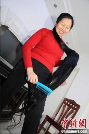 """山西一女士头发长2.53米 欲申请""""吉尼斯之最""""图片"""