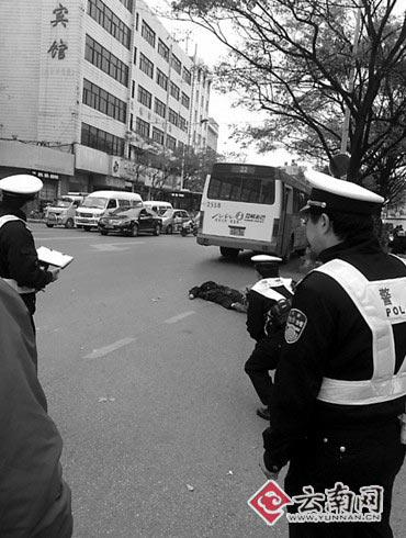 六旬老人被公交车撞死 乘客纷纷下车不愿做证人