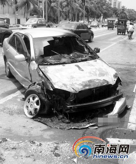 比亚迪轿车撞车后起火烧毁