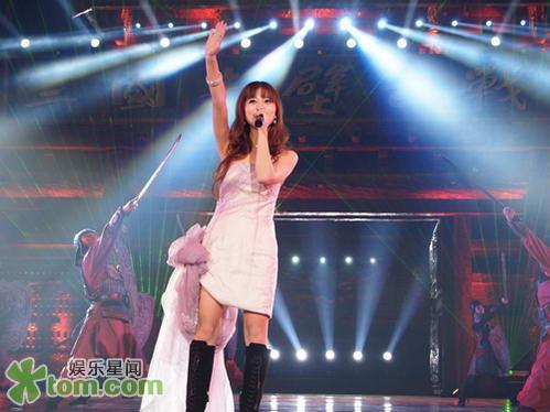 """女艺人""""大奖后,阿兰又赶赴上海,为外滩画报所举办的年度时尚"""