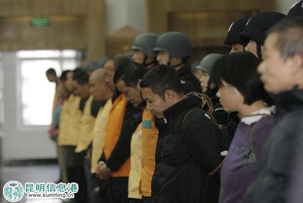 女犯人押赴审判大会图片