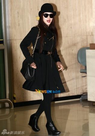 范冰冰韩国机场街拍LOOK黑色大衣搭黑帽图片